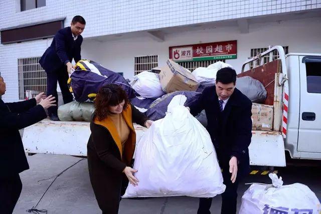 有爱的冬天不再冷,步步高捐赠冬衣走进冷水江市三尖镇希望小学