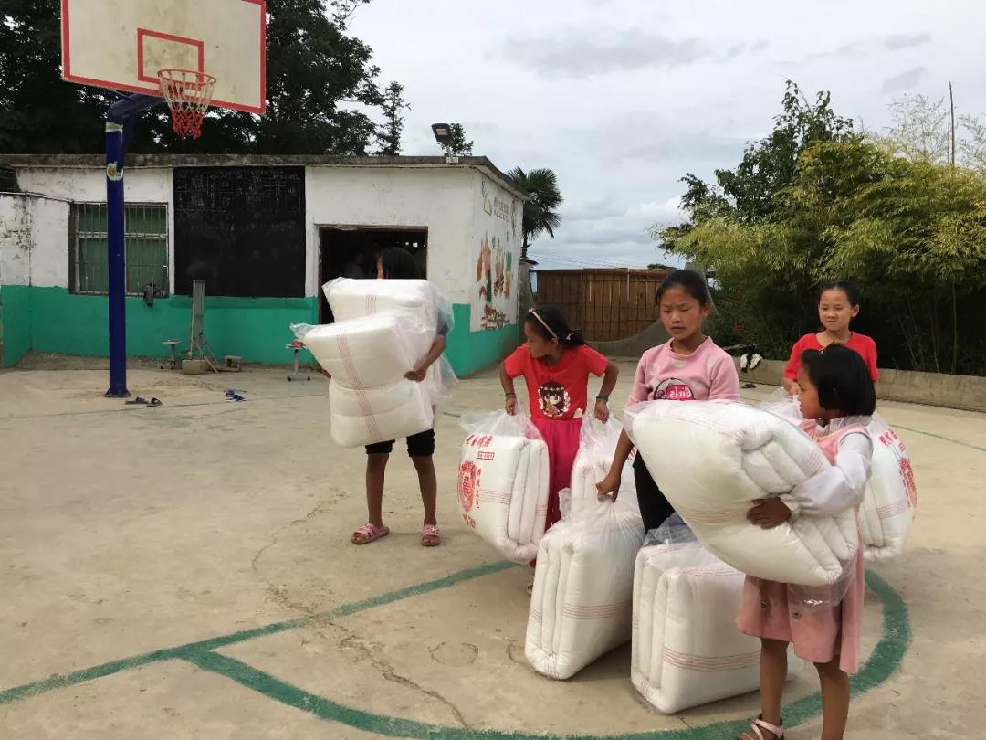 步步高集团跨越千里为云南哈尼族孩子送去爱心棉被